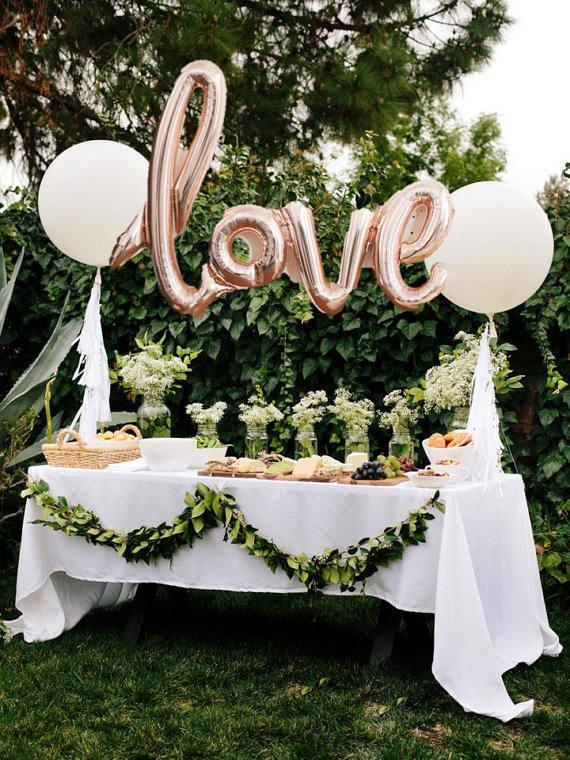 Balões de cartas de amor. Tão linda maneira de apimentar uma mesa de comida ou sobremesa em um casamento.
