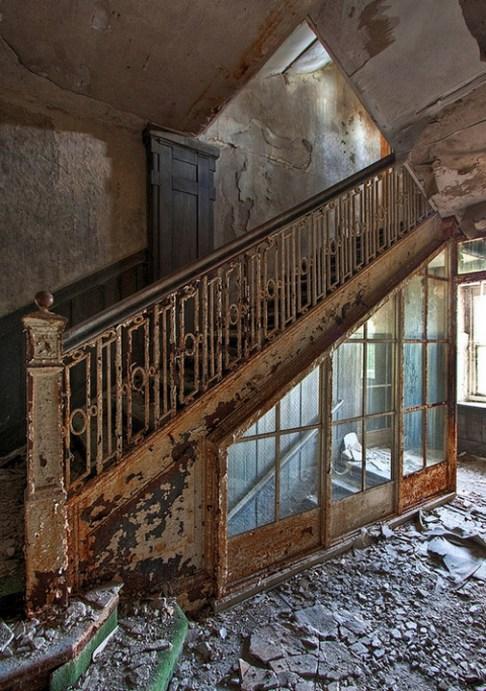Buck-Hill-Inn-44-stairwell-3