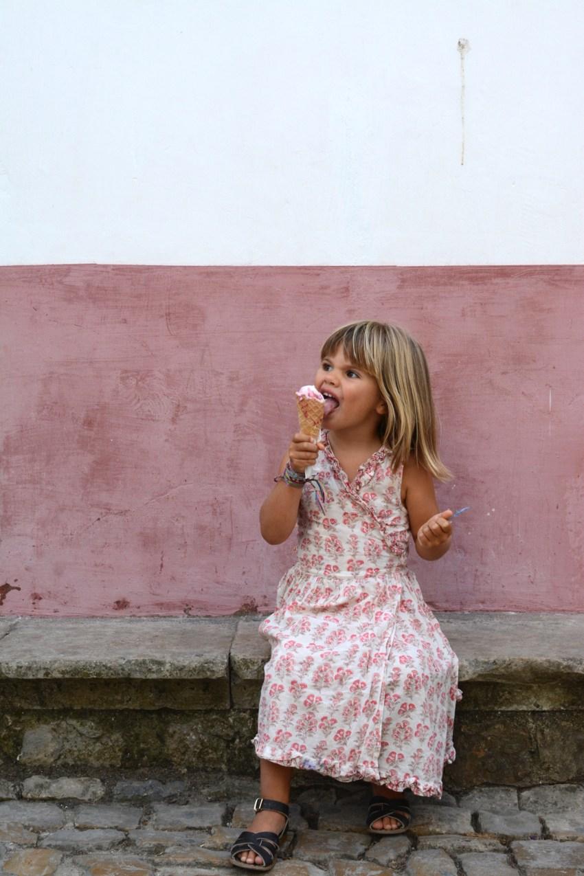 Marlow eating gelado