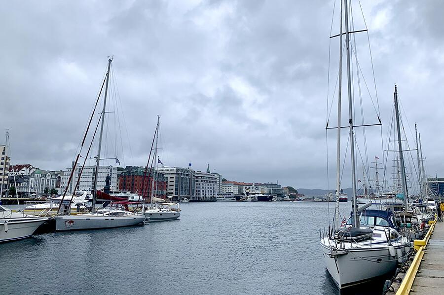 Bergen vanaf het water - sommarmorgon.com