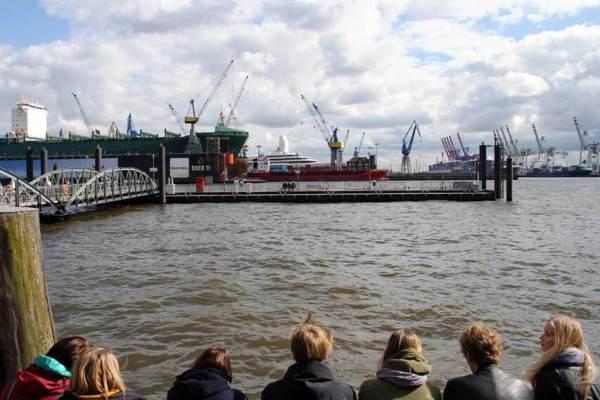 Touristen vor dem Fischmarkt mit Blick auf den Hafen