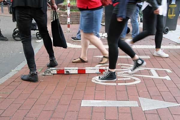 Gefahr auf dem Bürgersteig Altonale