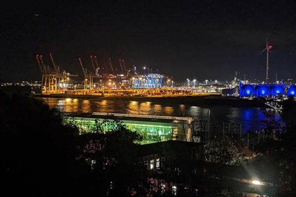 Hamburger Hafen bei Nacht: Neues im Alten