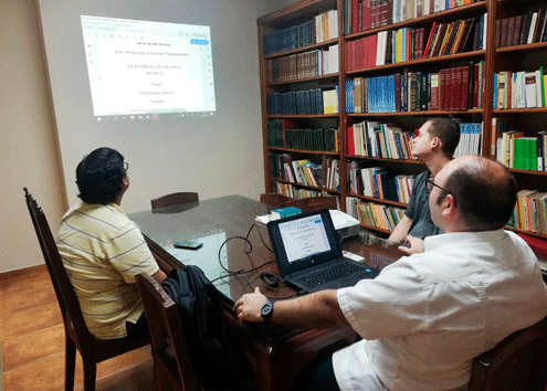 Aspirantes reunidos con Fray Francisco Javier Palomares.