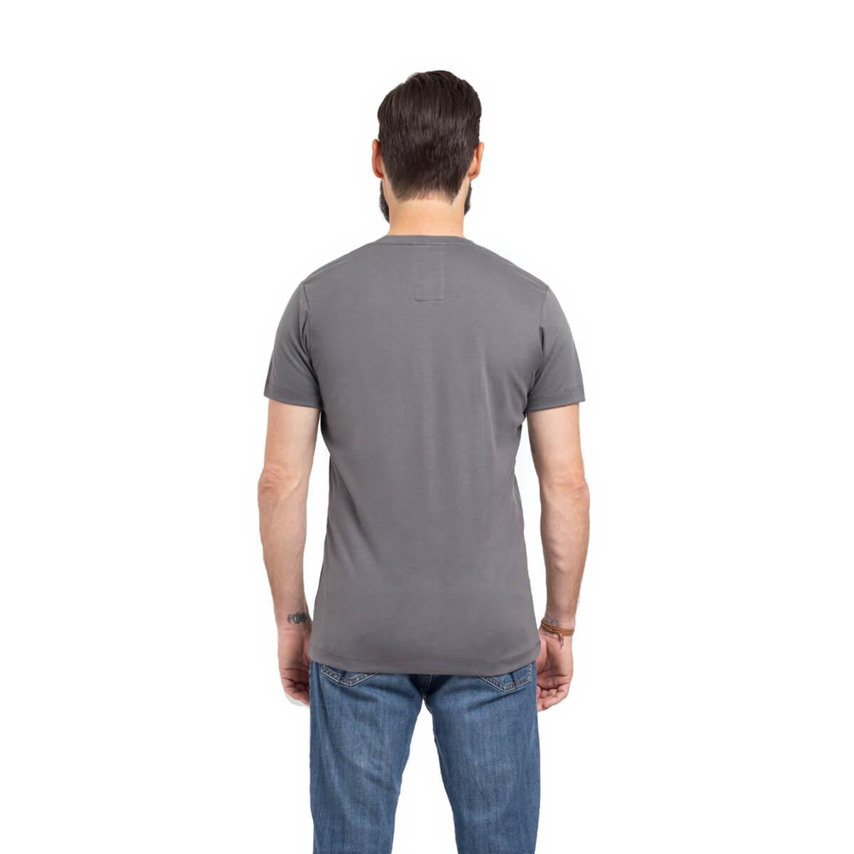 Franela esencial cuello redondo gris hombre espalda