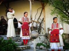 Македонски девойчета сипват винце за още по-приятна атмосфера :)
