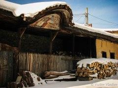 Сайвант за дърва в двора на църквата - с изографисана кобилица