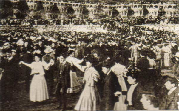Sardanes al Parc Güell, 907. Font: http://www.20minutos.es/museo-virtual/foto/1534/lugar/barcelona