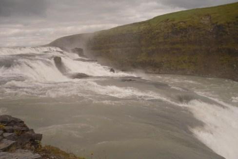 Catarata de Gullfoss. Es una doble catarata, es decir, dos cascadas seguidas. La masa de agua es enorme, y es la catarata más larga del mundo.