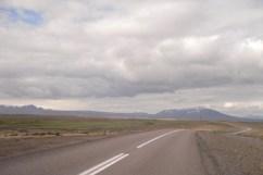 Esta carretera continuó haciéndose más complicada, lo que no nos permitió seguir más. Al fondo se encuentra un gigante glaciar.
