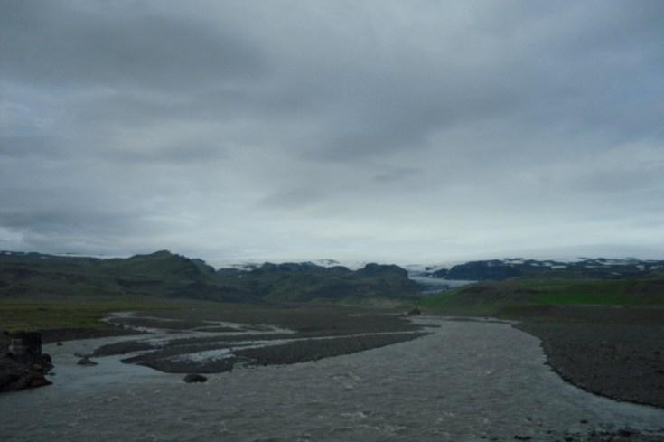 Estos ríos en tierra negra es el resultado de la erupción de un volcán bajo una capa del enorme glaciar Vatnajökull y su siguiente tsunami.