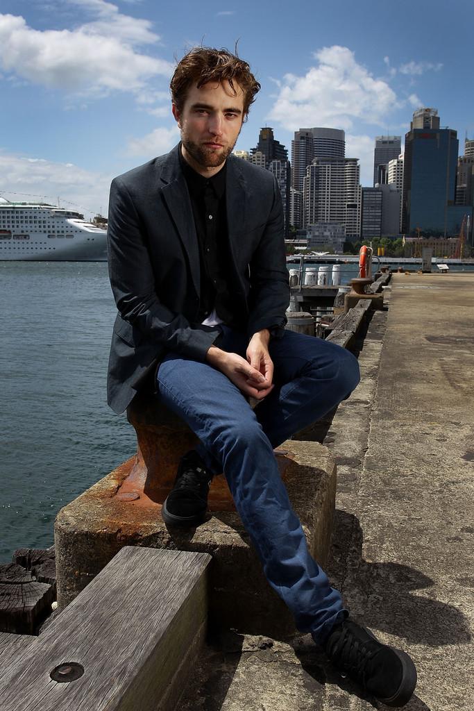 """Robert Pattinson En Mode """"Beau Gosse Attitude"""" Pour Le Photocall de Sydney"""