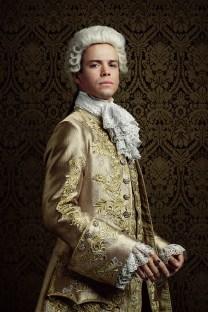 Louis XV - Le roi de France est un homme puissant avec un goût pour les dames. Habitué à obtenir ce qu'il veut à tous les égards, il peut facilement se lasser des personnes et des choses qui ne lui plaisent plus.