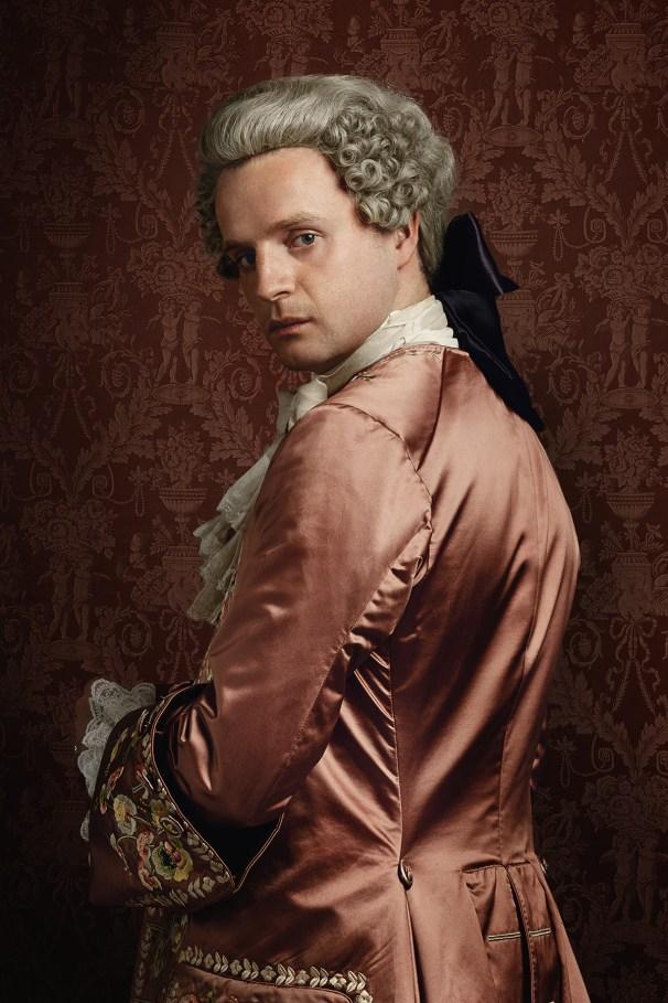 Prince Charles Stuart - L'héritier de la dynastie royale catholique exilée complote pour revenir sur le trône. Leader improbable avec un goût prononcé pour l'alcool et les femmes, Charles est bien décidé à triompher... peu importe le prix.
