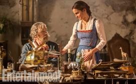 Belle (Emma Watson) et son père Maurice (Kevin Kline)