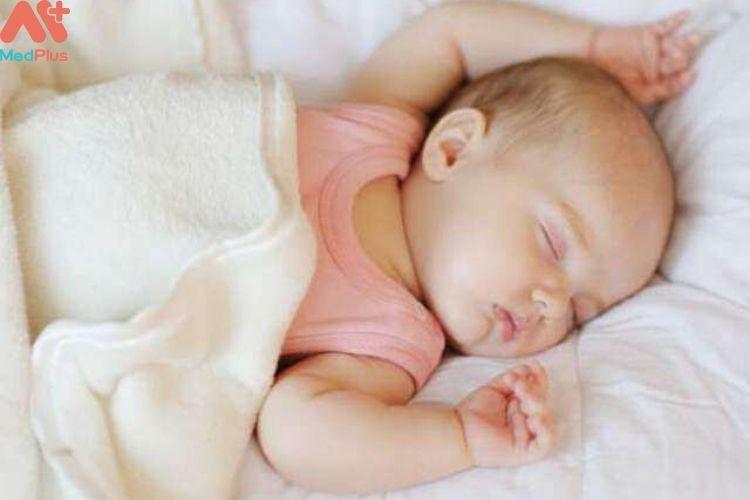 Tại sao trẻ 2 tháng tuổi cần ngủ đủ giấc và nên dành bao nhiêu là thời gian chơi cho trẻ?