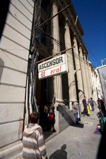VALPARAISO / Rues - Une simple enseigne montre un accès à un ascenseur