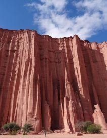 PN Talampaya / Formations rocheuses dans le canyon (lionel en tout petit en bas de l'image)