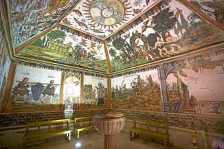 CURAHUARA DE CARANGAS / Chapelle Sixtine - vue générale d'une petite salle à laquelle on accède par un tunnel assez bas
