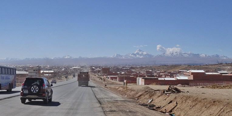 LA PAZ / Arrivée par le sud via la route d'Oruro sur la mégalopole de la capitale bolivienne après 5h de route alternant route toute neuve et déviations moyennes. La ville visible ici est El Alto, la banlieue commerciale de La Paz. Cette dernière est en fait en contre-bas au fond d'une vallée.