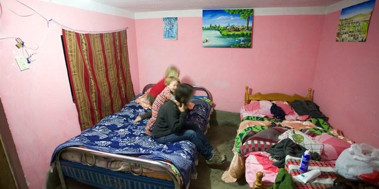 LAC TITICACA / A Challapampa (port du nord), les enfants font la foire avant d'aller se coucher