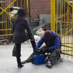 LA PAZ / Ici, comme dans le reste de la Bolivie, on voit souvent dans la rue des lustrabotas (cireurs de chaussures). Ils portent souvent une cagoule de ski pour cacher leur visage pour, dit-on, éviter d'être reconnu…