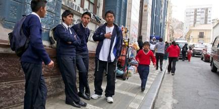 LA PAZ / Sortie d'une école. Tous les écoliers de Bolivie ont un uniforme.