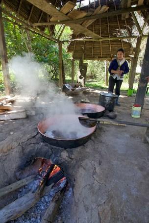 RIO BENI / Le jus de canne à sucre est bouilli pour en faire un caramel
