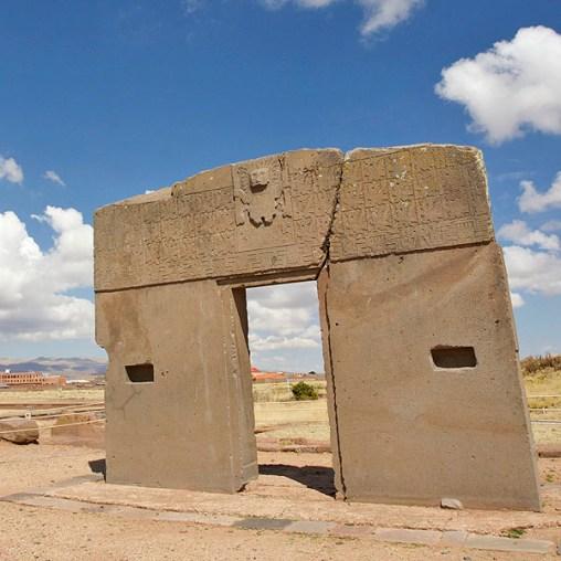TIWANAKU / La Puerta del sol ! Taillée dans un seul bloc d'andésite de 44t., cette porte dédiée au soleil devait servir de calendrier