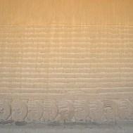 """CHANCHAN / Les trois mondes représentés sur un mur d'enceinte d'une place destinée aux sacrifices : en bas, l'écureuil/otarie (?) pour le sol / au milieu les lignes pour la mer / en haut """"rien"""" pour l'air"""