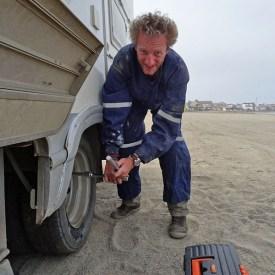 Arrêt au stand pour retirer un caillou bloqué entre deux roues arrières