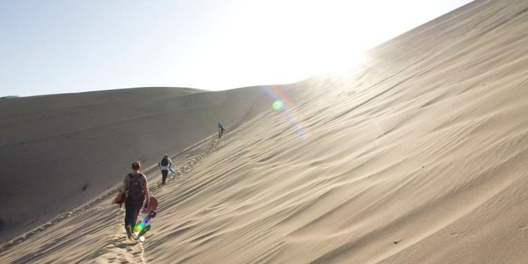 ICA / La séance de sandboard commence par une looooooongue montée jusqu'au sommet de la dune