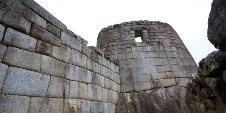 MACHU PICCHU / Temple du soleil : deux fenetres sont alignées chacunes pour les solstices d'hiver et d'été (ici celle du solstice d'hiver)