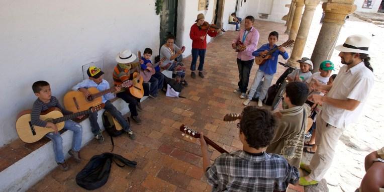 VILLA de LEYVA / Classe de musique sur la place