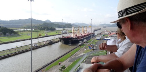 PANAMA / Ecluses de Miraflores. Un navire allant de New York à San Francisco par le canal parcourt 9.500 km, moins de la moitié des 22.500 km du voyage par le cap Horn. 14 000 navires l'empruntent chaque année soit une moyenne de 40 navires par jour. Les travaux d'élargissement devraient se terminé en 2017 mais un autre canal en construction au Nicaragua viendra bientôt le concurrencer.