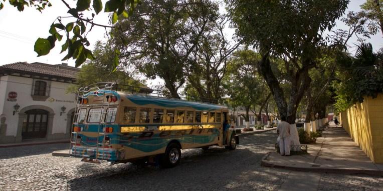 """ANTIGUA / Un """"chicken bus"""", ancien school bus américain remanié à la sauce guatémaltèque"""