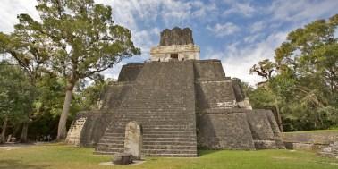 TIKAL / Le temple des masques. On peut les apercevoir sur le linteau de la façade blanche