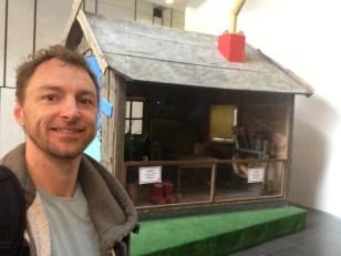 Kristian Skårhøj, impro-lege kunstner (her ved Bamses hus i DR byen)