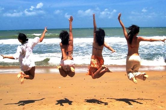 Dicas-para-poses-nas-fotos-com-amigas-quarteto-pulando