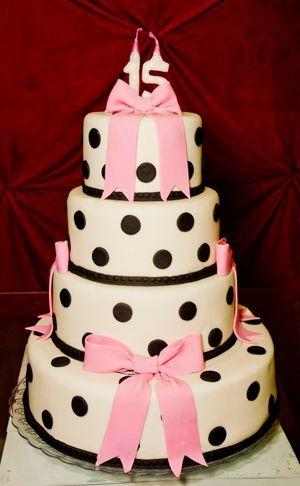 festa-de-15-anos-estilo-anos-60-bolo-4-andares-preto-e-branco-com-rosa-claro