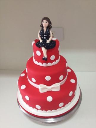 festa-de-15-anos-estilo-anos-60-bolo-vermelho-de-bolinhas