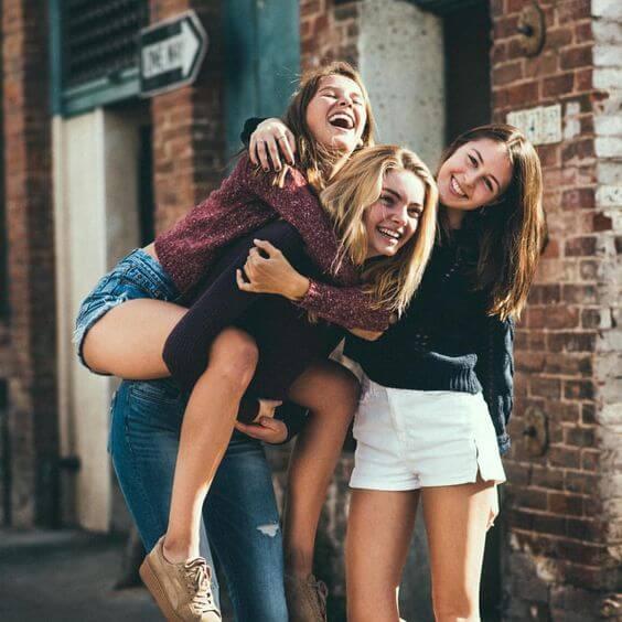 Pose-trio-de-amigas-se-divertindo