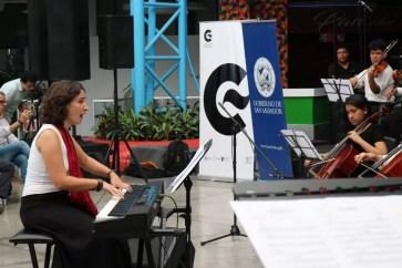 2017'II'21. San Salvador. Concierto en el Mercado Cuscatlán - concierto - 3 - dirigiendo desde el piano