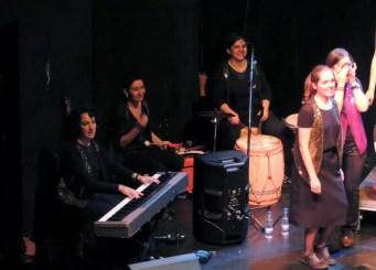 2017'XII'15. Coro Entredós en el Teatro del Barrio - las músicas (foto: Ela R que R)