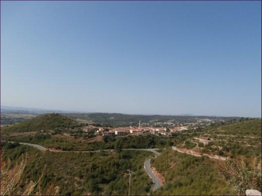 Empezando la ascensión... vista de Collbató desde la ladera