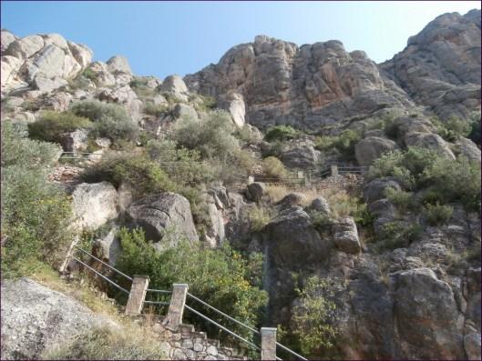 En los primeros metros de la ruta se pasa justo por delante de la entrada a las Coves del Salnitre... y después vienen estos escalones