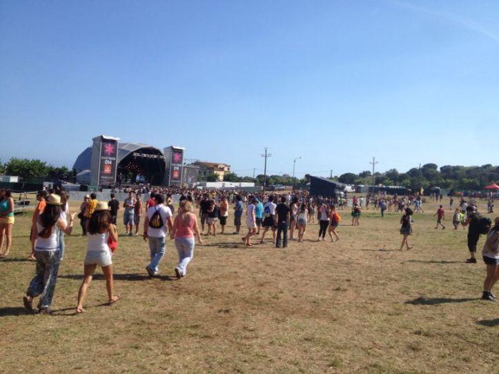La gente fue llegando, y siguieron llegando hasta llenar el recinto...