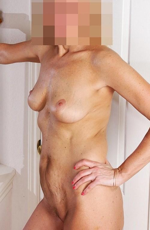 Bella står naken och kåt