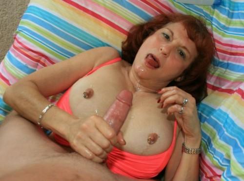 En mogen kvinna som får kuken att spruta