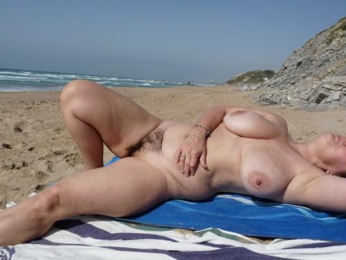 Hon är kåt och naken